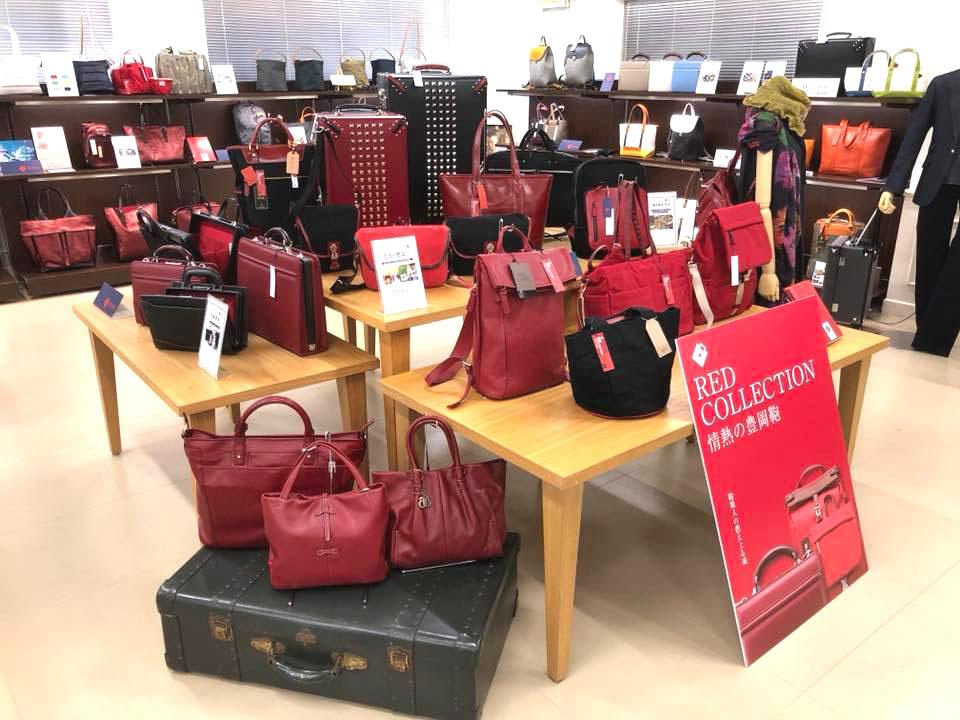 07a353a9a5af 岡山の井原デニムと、豊岡鞄のコラボレーション。 希少な旧型織り機で作られた証、セルビッチを活かしたデザインの鞄もあります。
