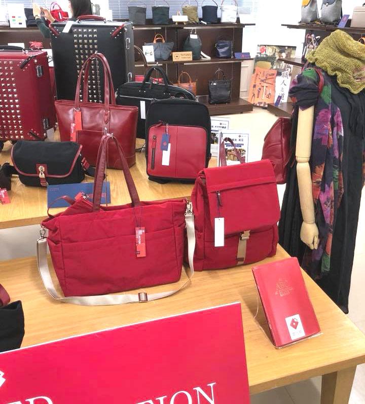 30ce779128f1 豊岡鞄の新たな試みです。 テーマカラーとして、赤をセレクション。 豊岡鞄たちが新たなカラーを纏って生まれ変わりました。